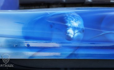 Аэрография «Дельфины» на автобагажнике