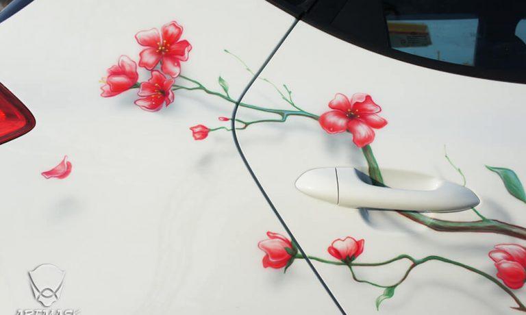 Аэрография «Цветение сакуры» на KIA ceed